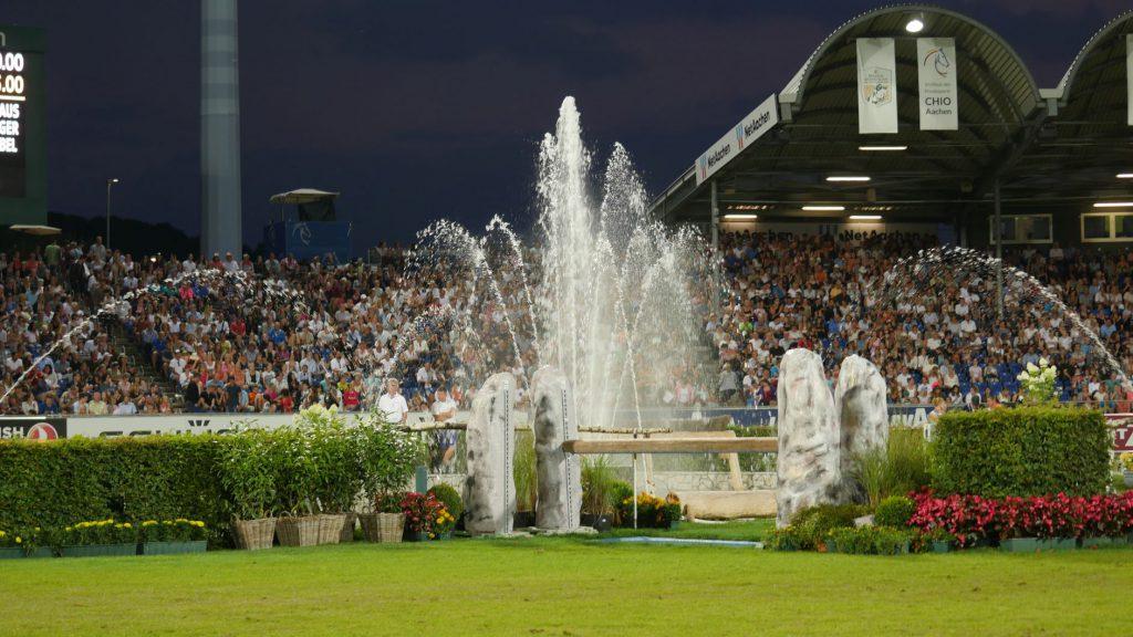 Besonders beliebt beim Publikum sind die Veanstaltungen bei Flutlicht. Und dieser Springbrunnen ist nicht nur Dekoration.
